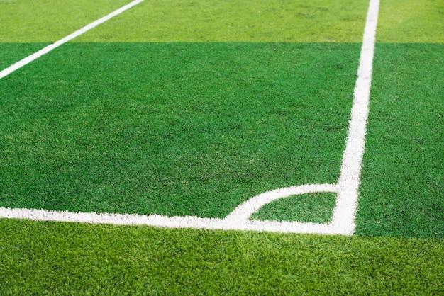 Witte lijnhoek op het groene voetbalveld Premium Foto