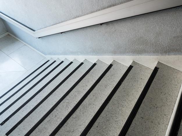 Witte marmeren patroontrap met de metalen leuning. Premium Foto