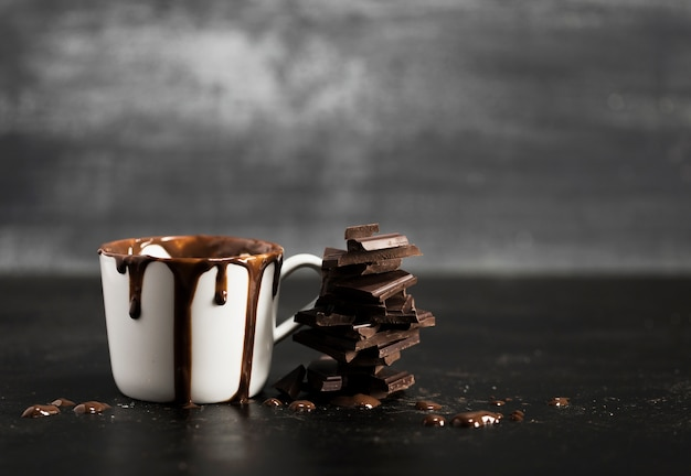 Witte mok gevuld met chocolade en kopie ruimte Gratis Foto