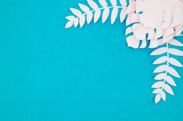 Witte monstera verlaat frame met exemplaar ruimte blauwe achtergrond Gratis Foto