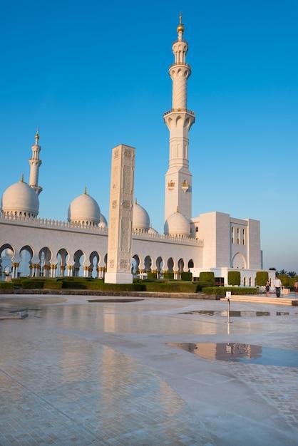 Witte moskee sheikh zayed in abu dhabi, verenigde arabische emiraten Premium Foto