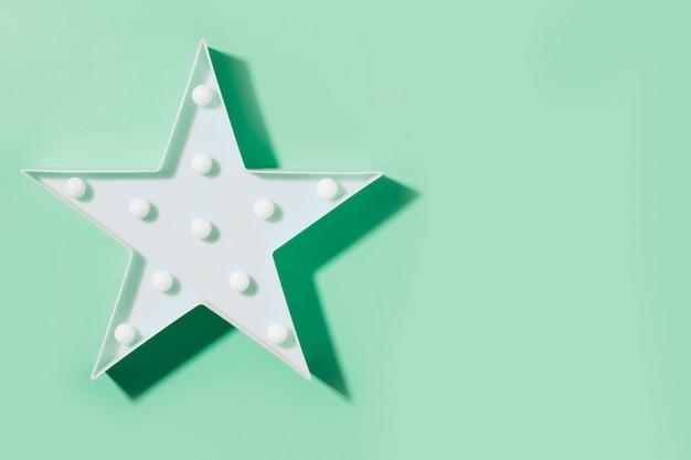 Witte neonlamp als ster met led-lampjes op neo mint Premium Foto