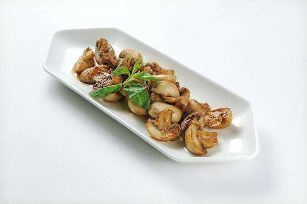 Witte plaat met gegrilde champignons Gratis Foto