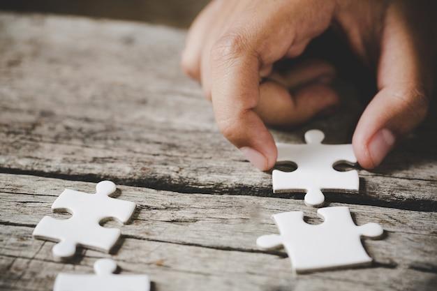 Witte puzzel op een houten tafel Gratis Foto