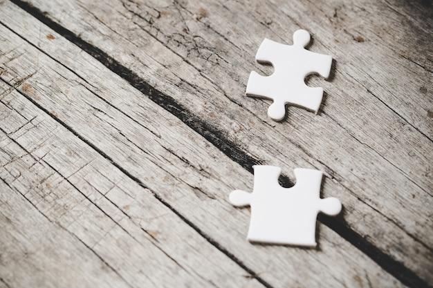 Witte puzzelstukjes op hout Gratis Foto