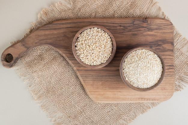 Witte rijst in een houten kopje op de houten schotel. Gratis Foto