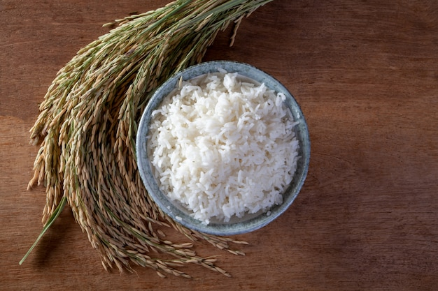 Witte rijst (jasmijnrijst) in een zak op een houten achtergrond Premium Foto