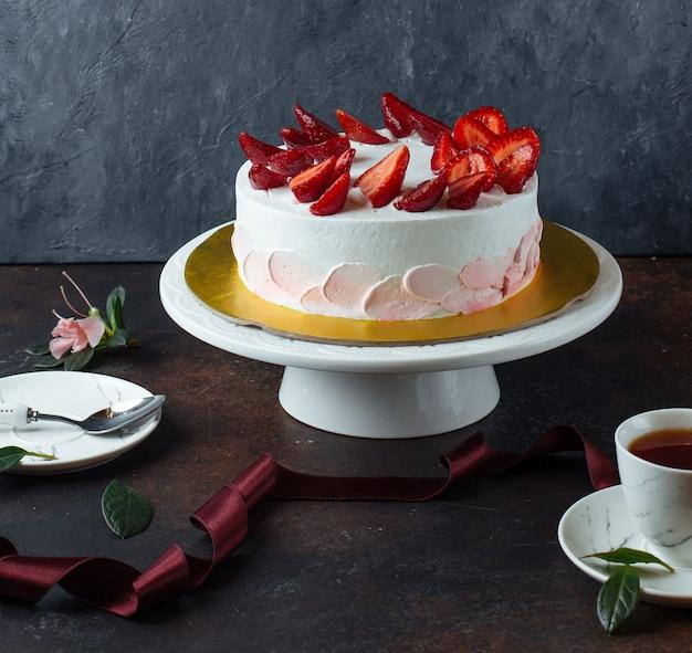 Witte romige cake met aardbeien Gratis Foto