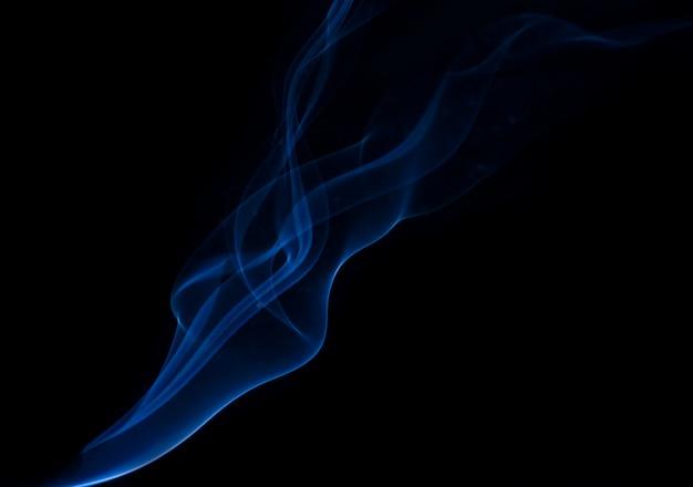 Witte rook collectie op zwarte achtergrond Gratis Foto