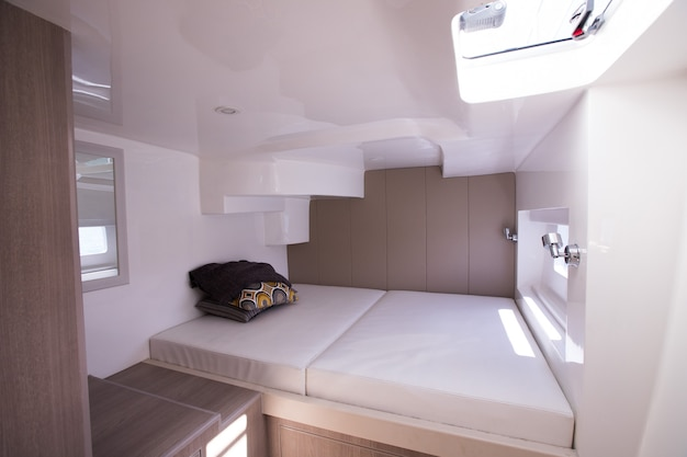 Witte slaapkamer binnen jachtcruise met windows Premium Foto