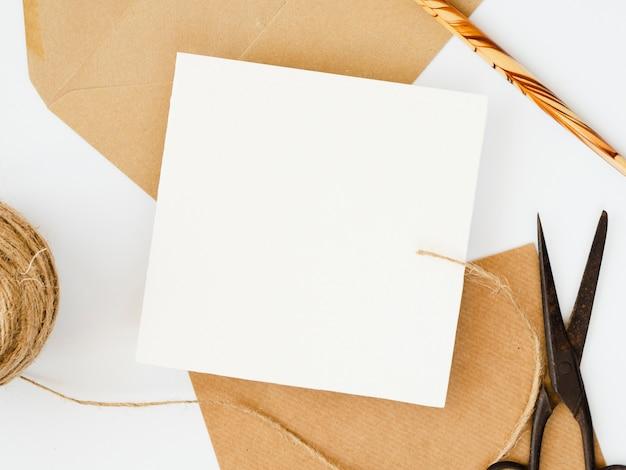 Witte spatie op bruine enveloppen met een houten potlood op een witte achtergrond Gratis Foto