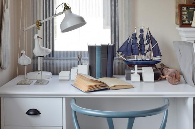 Witte tafel met houten stoel boeken en lamp i Premium Foto
