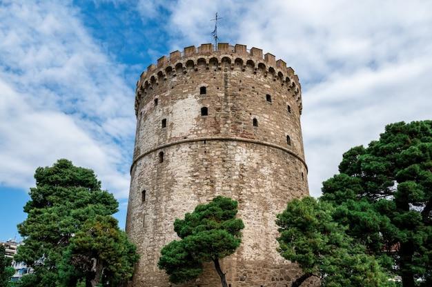 Witte toren van thessaloniki met wolken in griekenland Gratis Foto