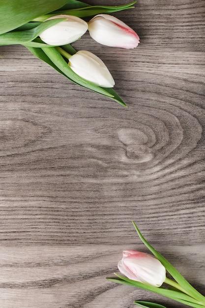 Witte tulpen die frame op hout creëren Gratis Foto