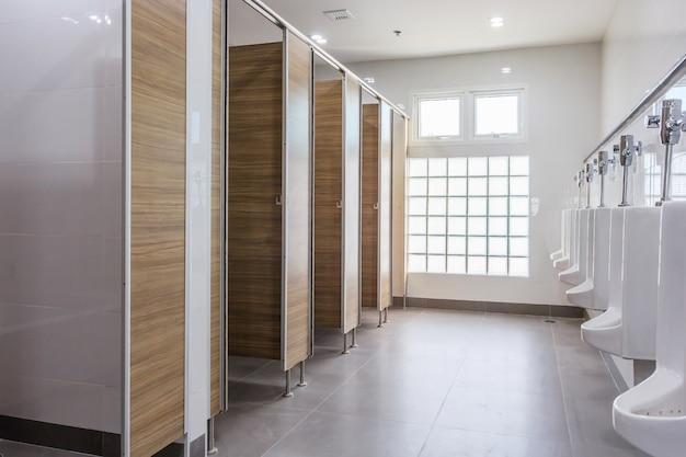 Witte urinoirs in schone mensen openbare toiletruimte leeg