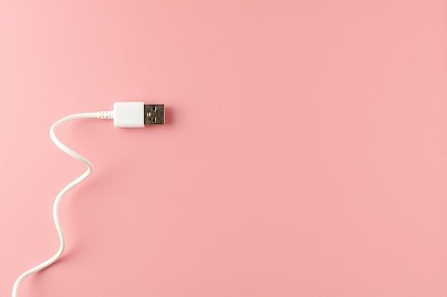 Witte usb-kabel op roze achtergrond. Premium Foto