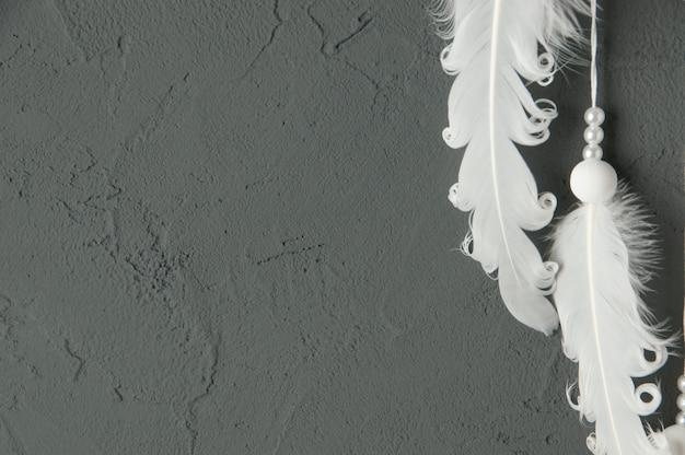 Witte veren op grijs Premium Foto