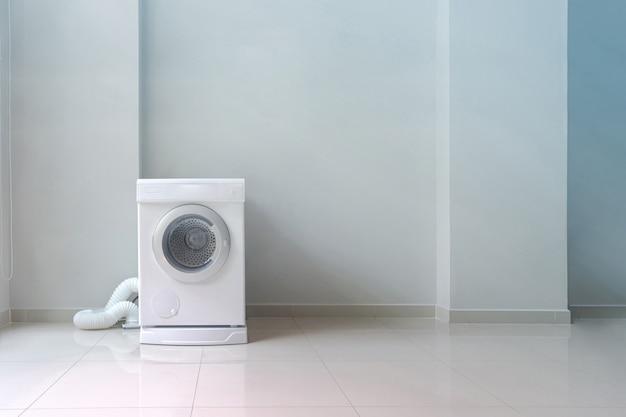 Witte wasmachine in wasruimte Premium Foto