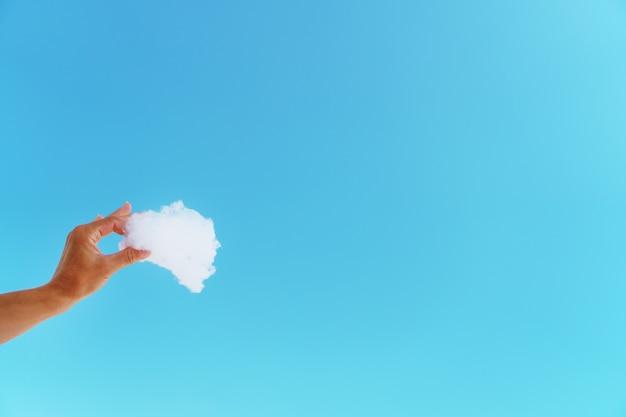 Witte wolk in hand tegen de blauwe hemel. Premium Foto