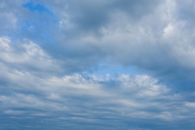 Witte wolken tegen de blauwe lucht, blauwe lucht met wolken achtergrond. Premium Foto