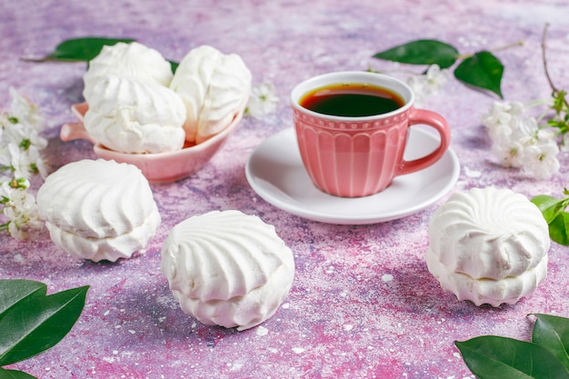 Witte zefier, heerlijke marshmallows met lentebloesem bloemen Gratis Foto