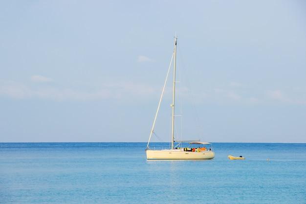 Witte zeilboot van toerist bij de achtergrond de blauwe hemel op het ao thaise overzeese gebied rond haad bangbao Premium Foto