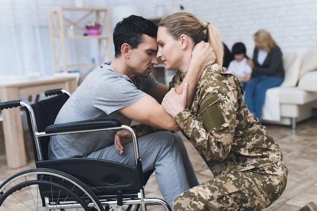 Wman gaat in militaire dienst. ze neemt afscheid van familie. Premium Foto