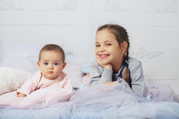 Wo kleine meisjes. een blije familie. het concept van kindertijd Premium Foto