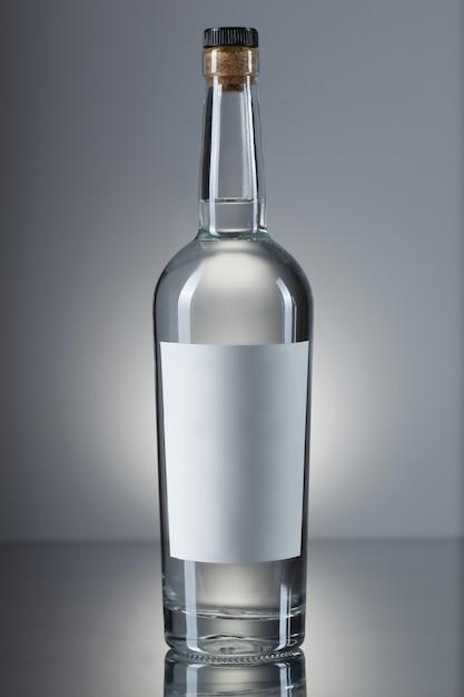 Wodka fles geïsoleerd Gratis Foto