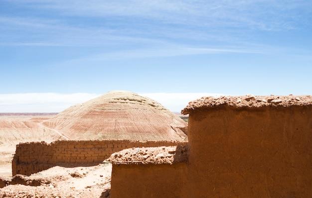 Woestijnlandschap met ruïnes onder blauwe hemel Gratis Foto