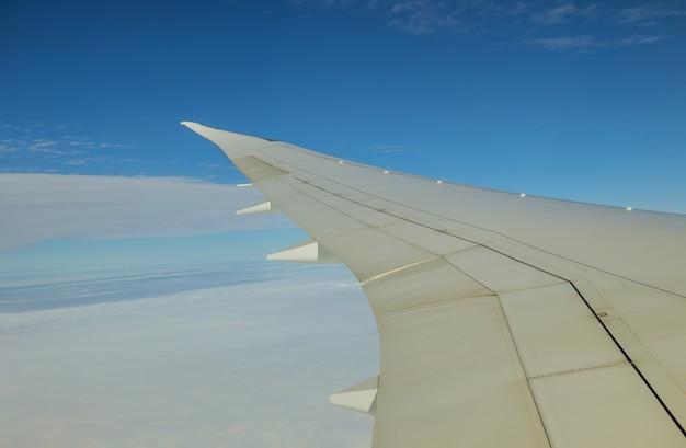 Wolken aan de hemel zoals te zien op een vleugel van een vliegend vliegtuig Premium Foto