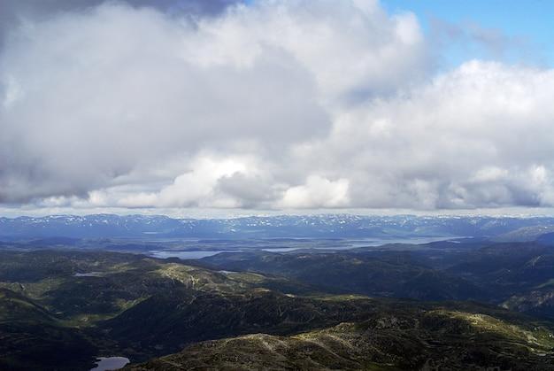 Wolken boven de heuvels bij tuddal gaustatoppen in noorwegen Gratis Foto