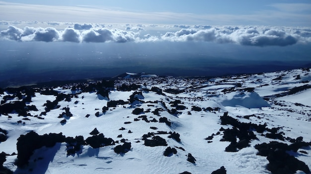 Wolken boven het landschap bedekt met sneeuw Gratis Foto