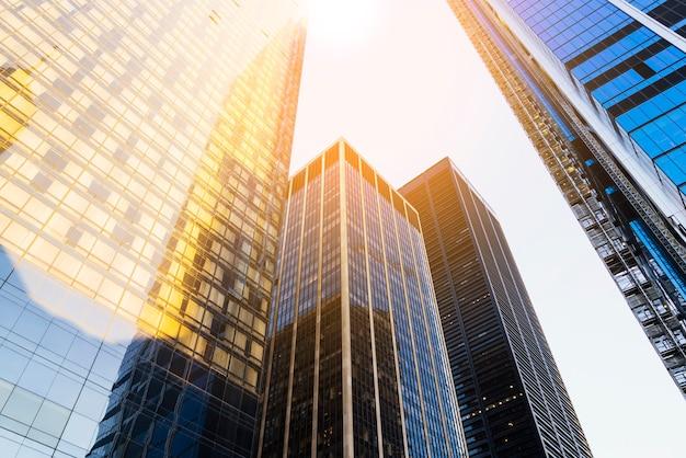 Wolkenkrabbers met zonlicht Gratis Foto