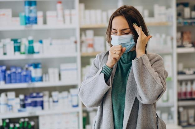 Womam-klant met hoofdpijn bij apotheek Gratis Foto