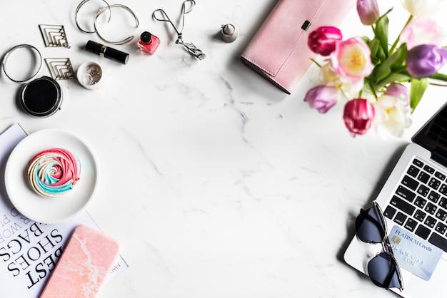 Woman feminine lifestyle shopping fashionista met marmeren achtergrond Gratis Foto