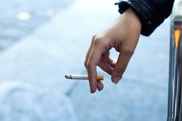 Womans hand met sigaret in de straat. Gratis Foto