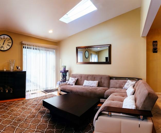 Woonkamer interieurontwerp in een nieuw huis Premium Foto