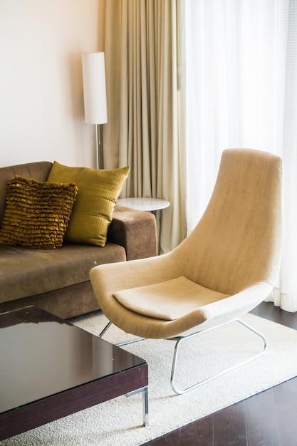 Woonkamer met bruine gordijnen Foto | Gratis Download