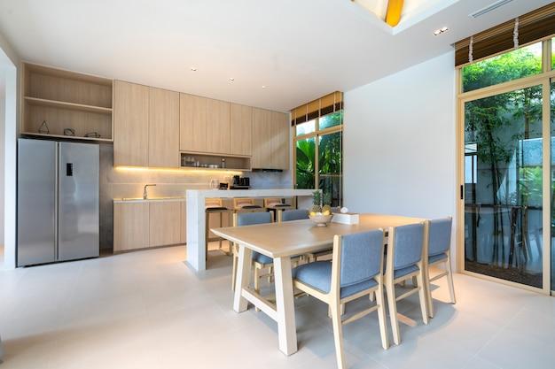Woonkamer met hoog verhoogd plafond Premium Foto