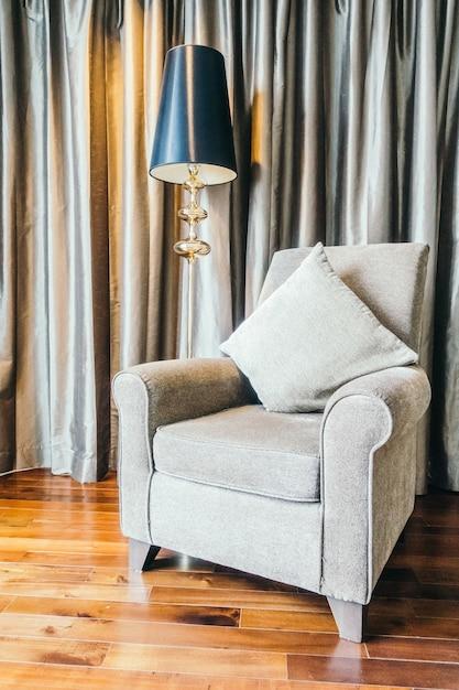 Woonkamer met houten vloer en een grijze leunstoel Foto | Gratis ...