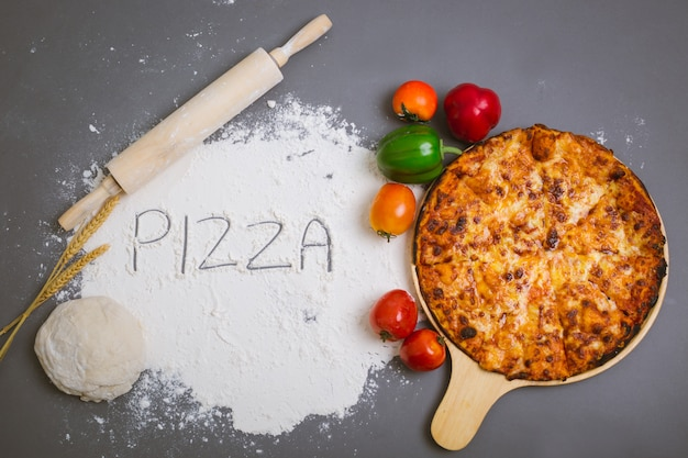 Woordpizza op bloem met een smakelijke pizza wordt geschreven die Gratis Foto