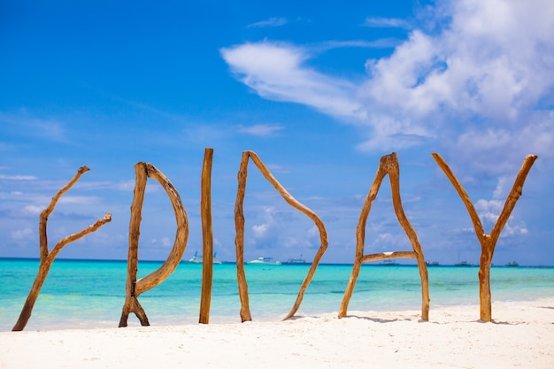 Word friday van hout op boracay-eiland turkooise overzees wordt gemaakt die als achtergrond Premium Foto