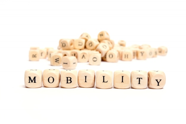 Word met dobbelstenen op witte achtergrond-mobiliteit Premium Foto