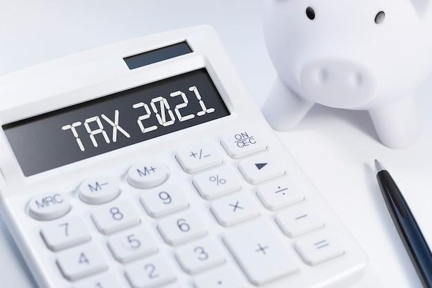 Word tax 2021 op rekenmachine Premium Foto