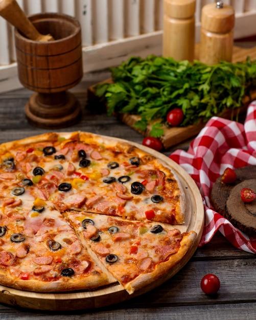 Worsten pizza met olijven, tomaat en paprika Gratis Foto