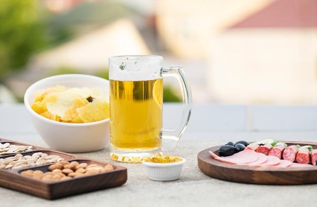 Worstsalade met snacks en bier Gratis Foto