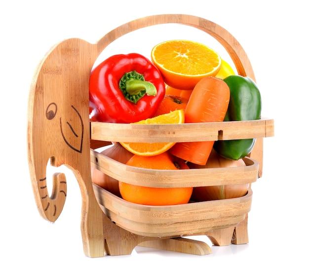 Wortel paprika sinaasappelen in de mand Premium Foto