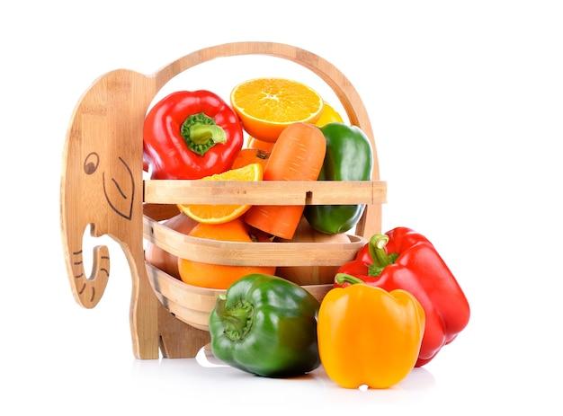 Wortelen, oranje paprika in een mand Premium Foto