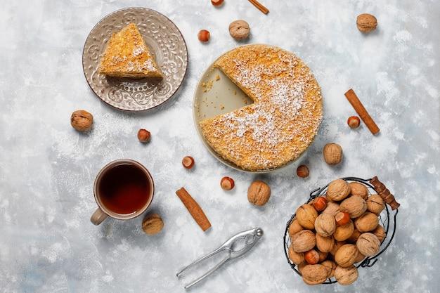 Worteltaart met 2020 kaarsen en een kopje thee op grijs beton Gratis Foto